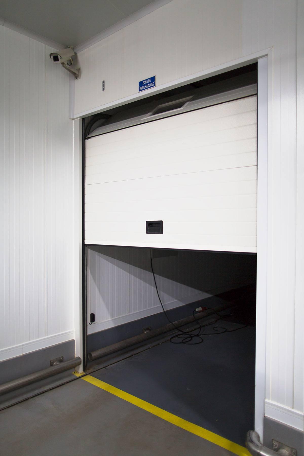 Puerta industrial seccional abhdocksolutions for Puerta industrial
