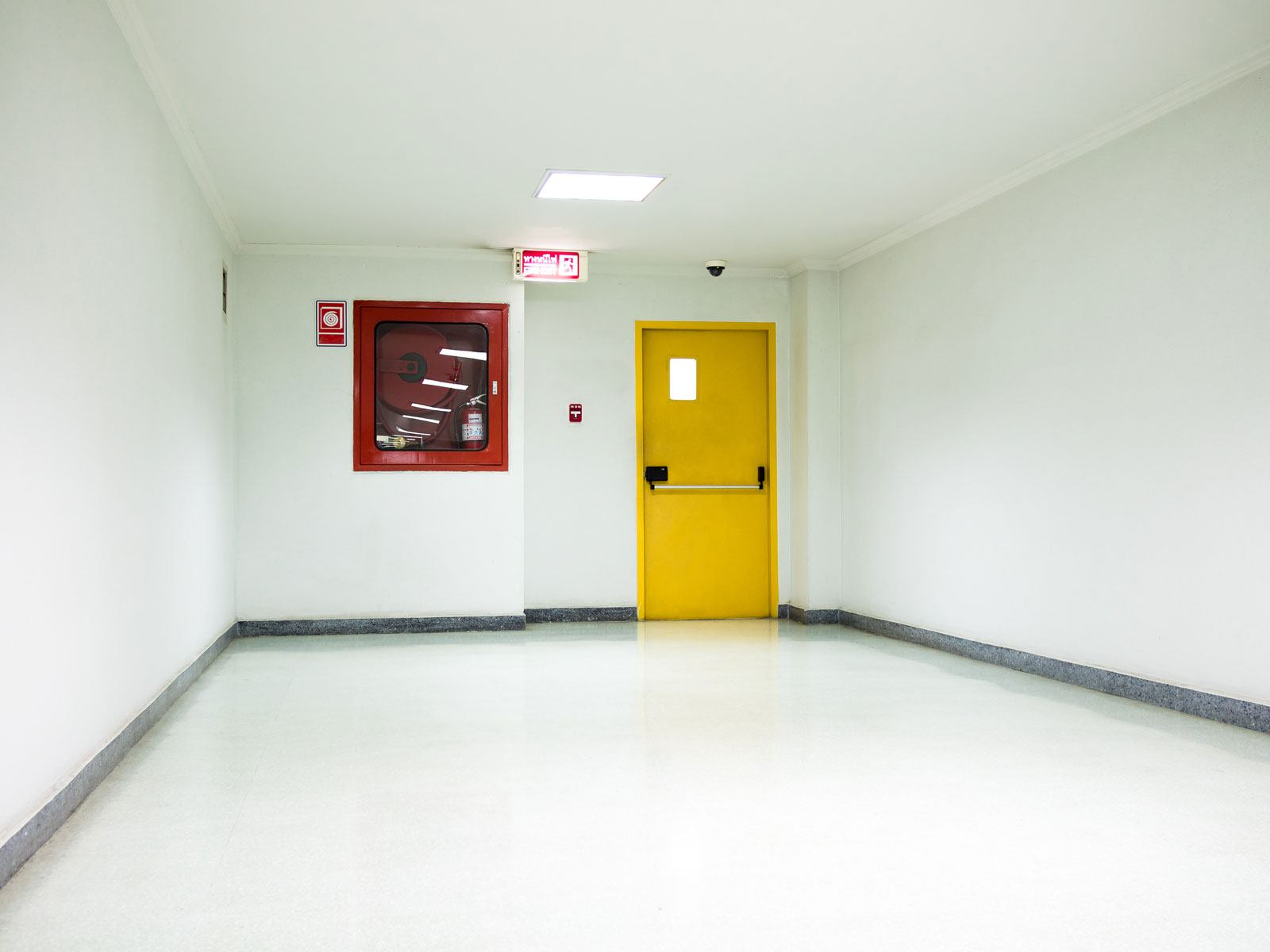 Puerta cortafuego amarilla