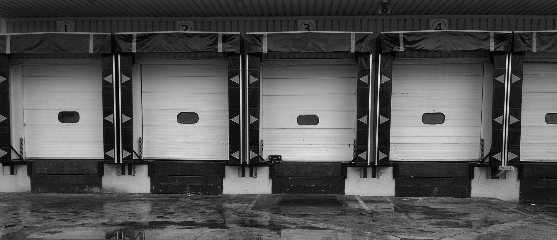 Conjunto de puertas blanco y negro